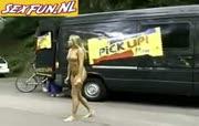 Blonde temeier loopt poedelnaakt op straat