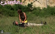 Bergbeklimmer word gepijpt door hitsig grootmoeder