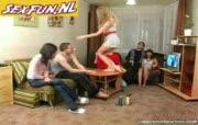 Tieners hebben een wellustig sex feestje