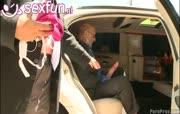Chauffeur penetreert kleindochter klant