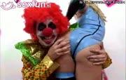 kut clown propt zijn rode neus in andere zaken.