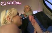 Vader Abraham haalt een bbw smurf uit zijn broek
