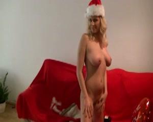 Deze blonde schuurmeid wenst iedere lesbos en hitsige kerst