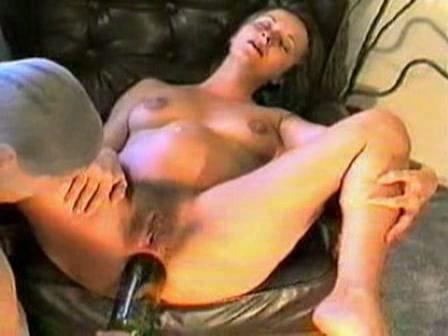 Hij rekt haar anus uit met een fles