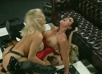 lesbiennen dubbel gepenetreert door 2 blonde lesbo's