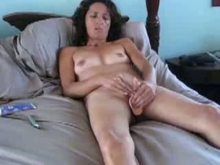 Haar kompaan filmt hoe zij met een vibrator in haar flamoes haar klit stimuleert