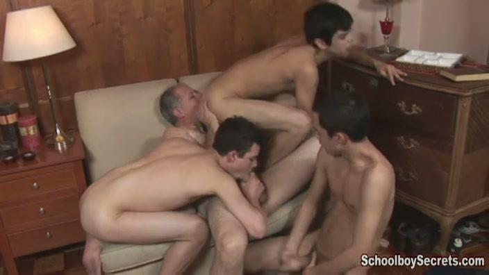 bejaarde gay verwend door 3 sletterige homo jongens