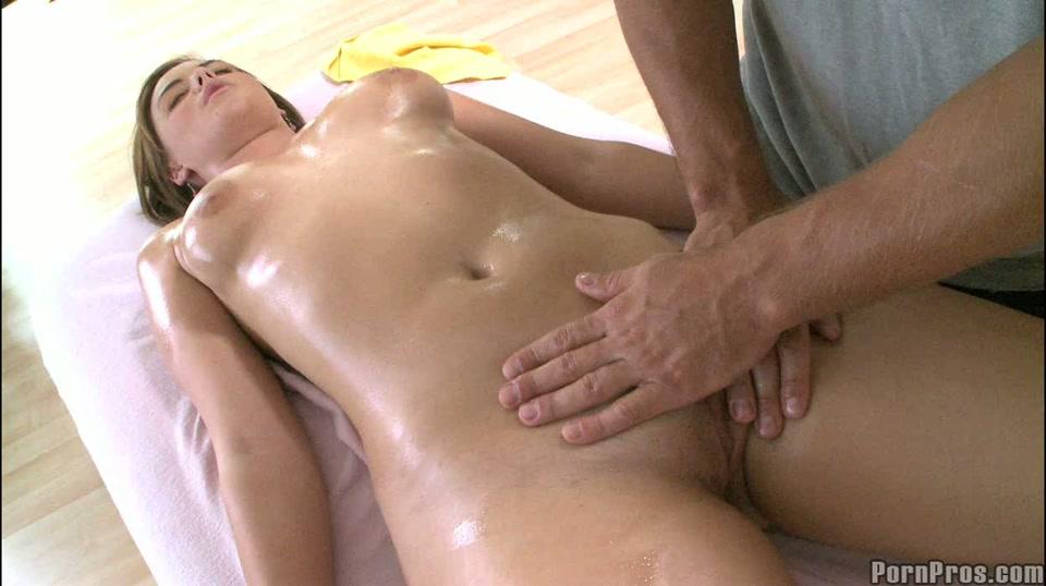De masseur masseert haar venus heuvel haar spleet en haar poes