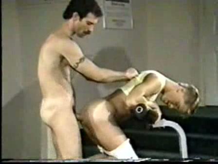 Jonge homo boy gepassioneerd anal geneukt in de sportschool