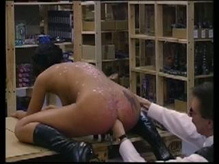Met klemmen op haar vagina extreem anal gevuist sekst