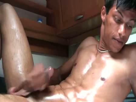 Met olie ingesmeerde homo rukt zich af