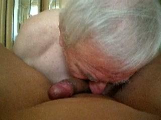 Opa likt poepgat van zijn homo maat