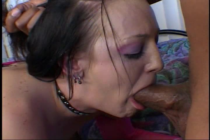 De neger lul gaat diep in haar wijd open staande mond