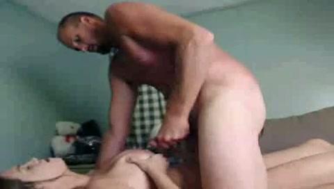 Voor de webcam spuit haar man haar grote tieten vol sperma