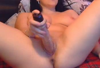 Webcamsletje neukt haar kutje met grote dildo