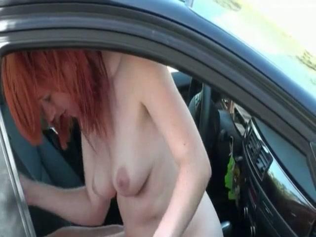 Roodharige snol neukt hem in de auto