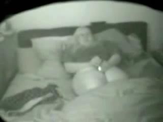 Een verborgen cam filmt een dikke moeder met haar dildo