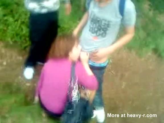 Stiekem opgenomen: schattig meisje pijpt groep jongens in de bossen