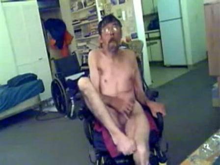 Invalide man trekt zich af in zijn rolstoel