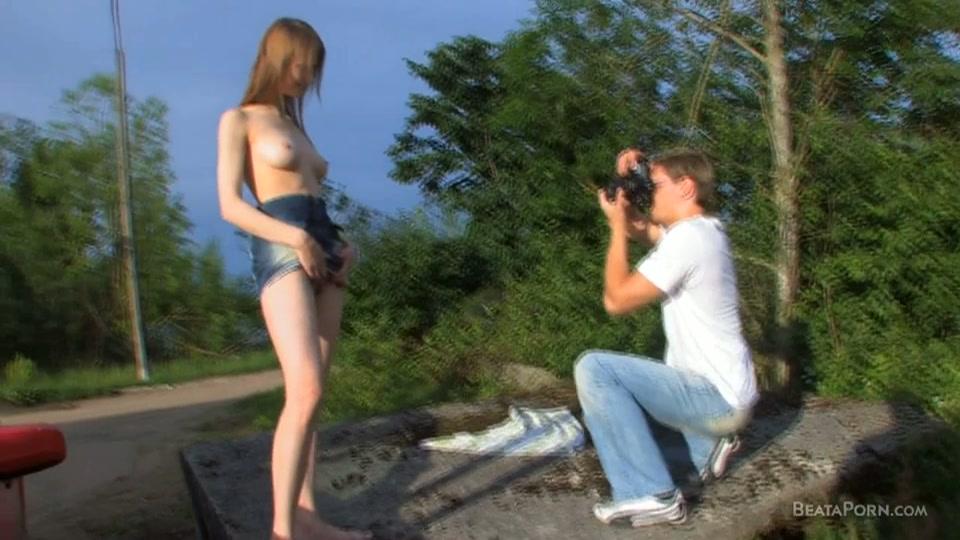 Het meisje poseert naakt in de buitenlucht
