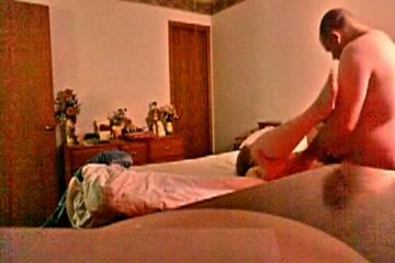 Hij filmt stiekem de buurvrouw terwijl hij haar neukt