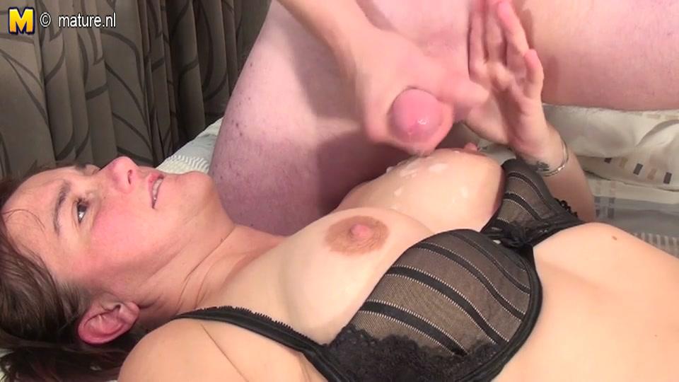 Sletterige huisvrouw laat zich neuken in haar slaapkamer