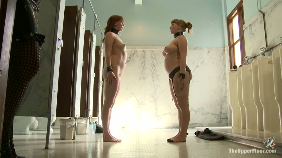 Naakte submissive meisjes krijgen sportieve opdrachten.