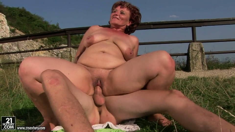 De oudere dame heeft de sex vakantie van haar leven