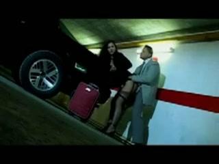 in de parkeergarage vult hij haar mondje met sperma