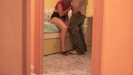 De geile huisvrouw verleid de klusjes man en filmt stiekem hoe hij haar neukt