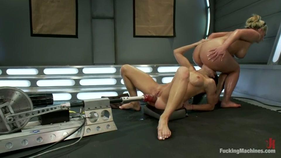 Lesbische sletten anal geneukt door neuk machine