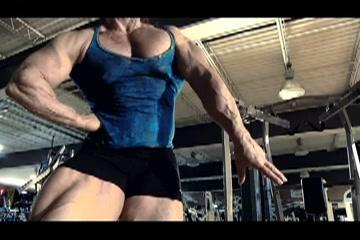 Gespierde bodybuildster speelt met haar  grote clitoris