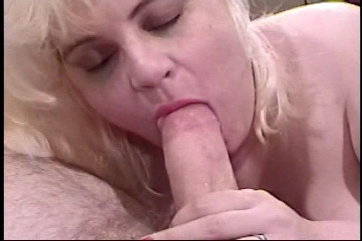 BBW mature Candi laat haar dikke kut scheren en neuken