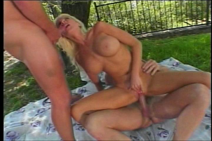 Twee vrienden hebben een trio sex met een blondje
