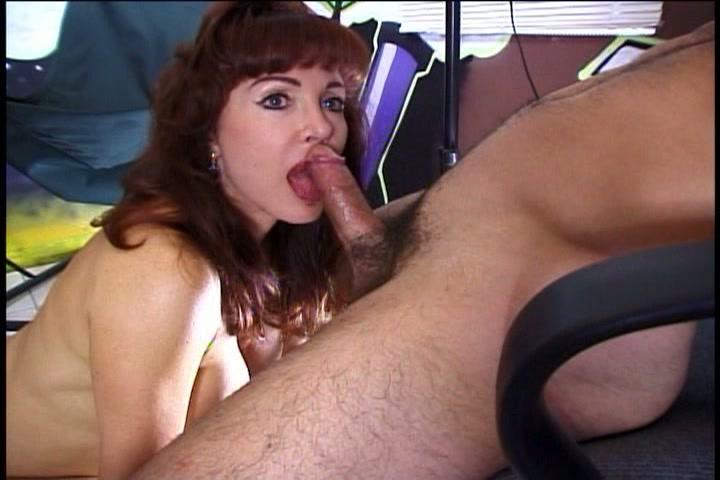 De geile milf neemt twee ballen tegelijk in haar mond