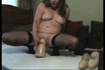 Geile huisvrouw neukt haar anus en kut met grote dildo's