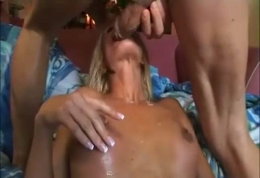 Blondje met grote klit krijgt haar mondje vol sperma