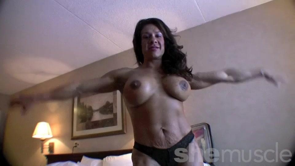 Sexy bodybuilder showt haar super gespierde lichaam