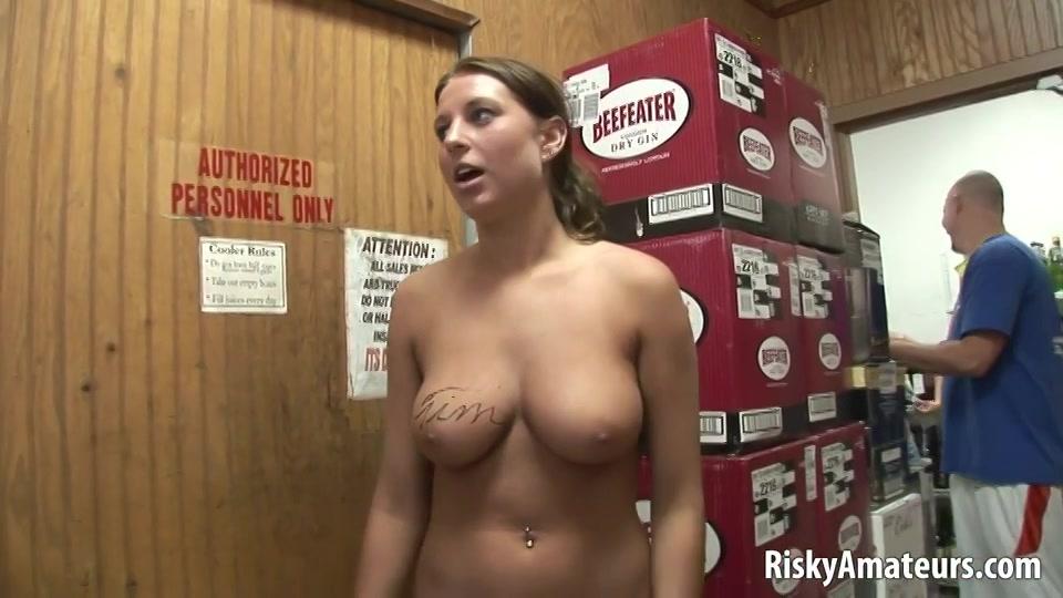 Sexy meid met dikke tieten laat meekijken terwijl ze plast
