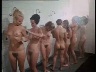 Naakte meisjes met behaarde kutjes onder de douche