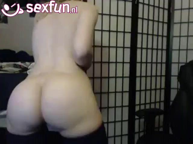Ze showt haar ronde kontje voor de webcam