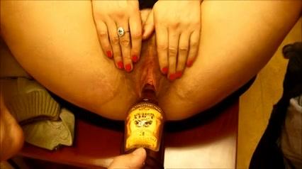 Een fles sherry in haar harige mature poes