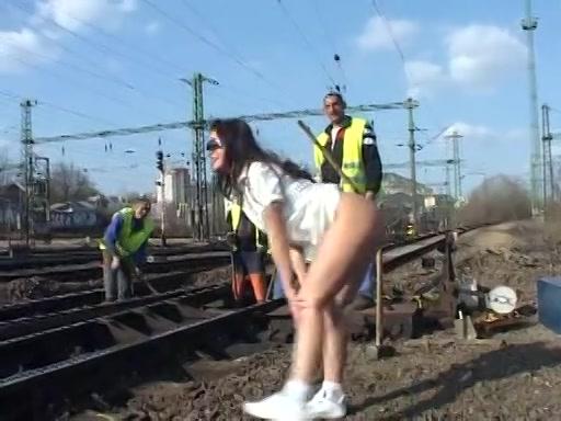 Ze flashed haar naakte kutje bij spoorwegwerkers