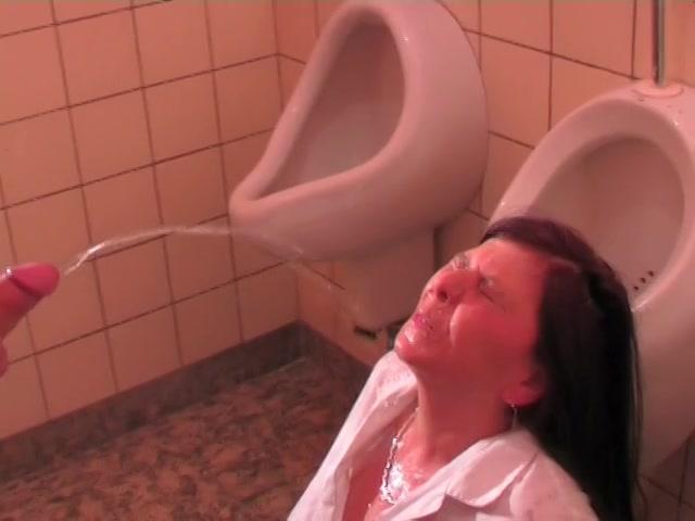 Toilet juffrouw in haar gelaat geplast en gepaald