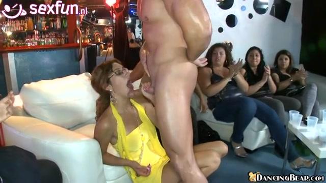 Mannelijke strippers gepijpt de hartstochtelijke sletten