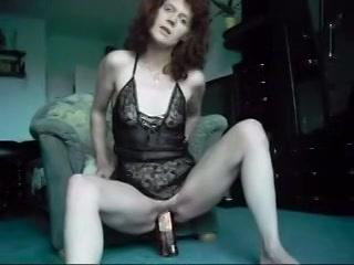 Kijk hoe de verhit huismoeder mastubeerd met een fles