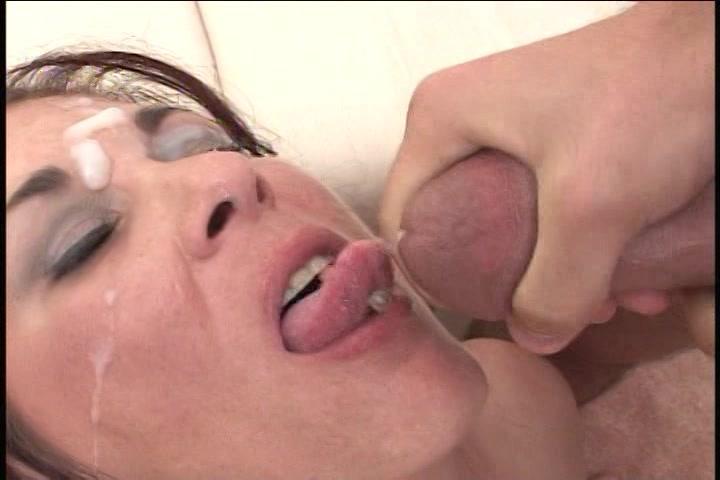 geile hoer in wellustig lingerie krijgt haar smoelwerk vol sperma