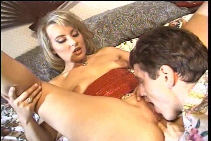 Hij bevredigd en beft zij pijpt en trekt hem af