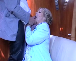 De oudere wederhelft zuigt tot hij haar smoel vol cum spuit
