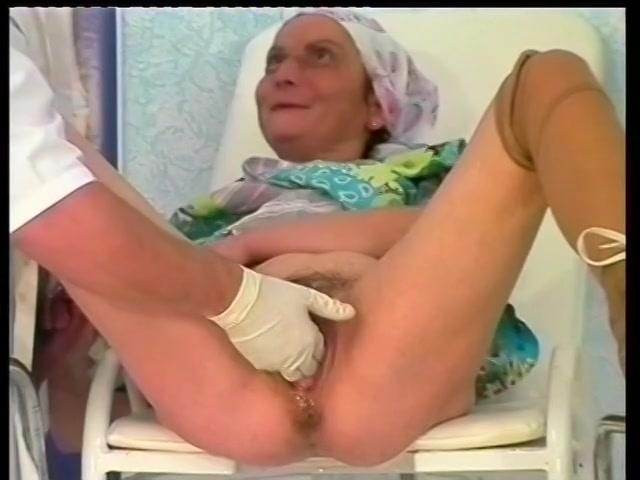oma word met een vuist aangeduwd en krijgt haar poes vol cum